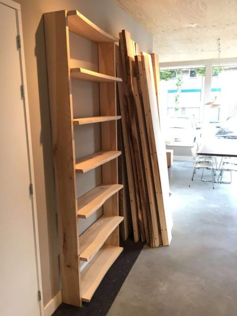boekenkast-essenhout-boomstamkast-maatwerk